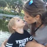 1. April 2015: Alessandra Ambrosio gibt ihrem niedlichen Sohn Noah ein Küsschen.