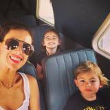23. November: Ab in den Urlaub - Alessandra Ambrosio und ihre Kids im Flieger.