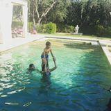 31. August 2016   Der Sommer hat kein Ende für Familie Ambrosio Mazur. Alessandra Ambrosio tobt mit ihren zwei Kids im Pool.