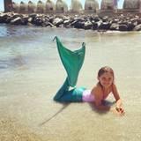 16. Juli 2016   Huch, wer ist denn hier angespült worden? In Mykanus am Strand darf Anja Ambrosio Mazur in ein Meerjungfrauen-Kostüm und strahlt bis über beide Ohren.