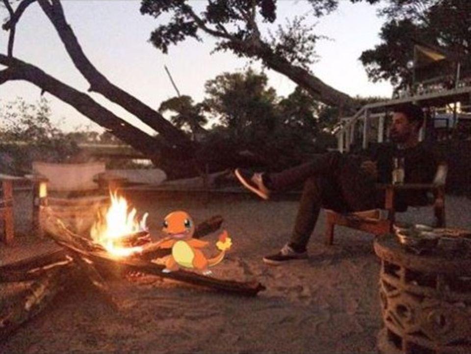"""Sami Khedira genießt seinen Urlaub in Afrika. Abends am Lagerfeuer mit dem Pokémon """"Glumanda"""" abhängen, gehört da einfach dazu."""