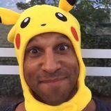 """Daniel Aminati versucht Pokemon Go gleich mal, in sein Workout-Programm zu integrieren. Etwas verstörend, mit einer Pikachukapuze und hoher Stimme ausgestattet, rennt und hüpft er durch die Gegend. """"Nehmt das Leben nicht so ernst"""", kommentiert der Moderator seinen Post."""
