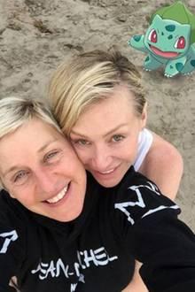Ellen DeGeneres und Ehefrau Portia de Rossi haben ein Bisasam gefunden. Prompt nutzt das Traumpaar die Gelegenheit für ein Selfie mit dem Pokemon.