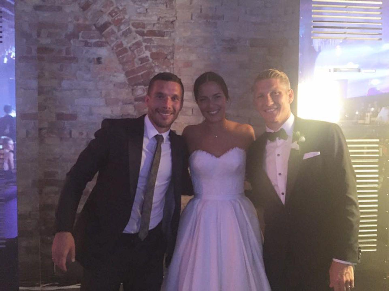 Als engster Freund gehört Lukas Podolski natürlich zu der kleinen, aber feinen Hochzeitsgesellschaft.