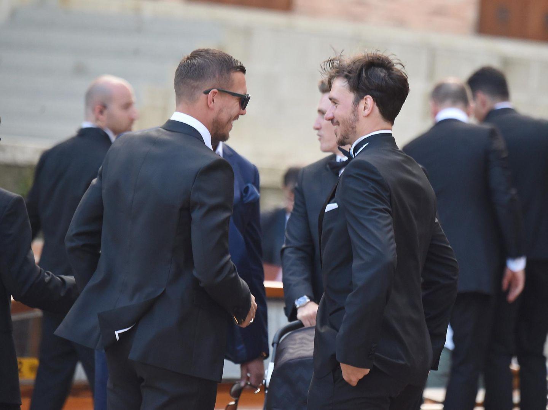 Lukas Podolski und Felix Neureuther sind gekommen, um mit ihrem Kumpel zu feiern.
