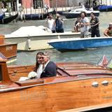 Nach dem Standesamt fährt das frisch vermählte Paar mit dem Boot davon.