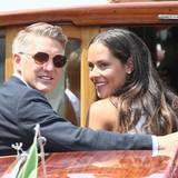 Zärtlich legt Bastian den Arm um seine Frau Ana. Nach der standesamtlichen Trauung soll am nächsten Tag die kirchliche Zeremonie folgen.