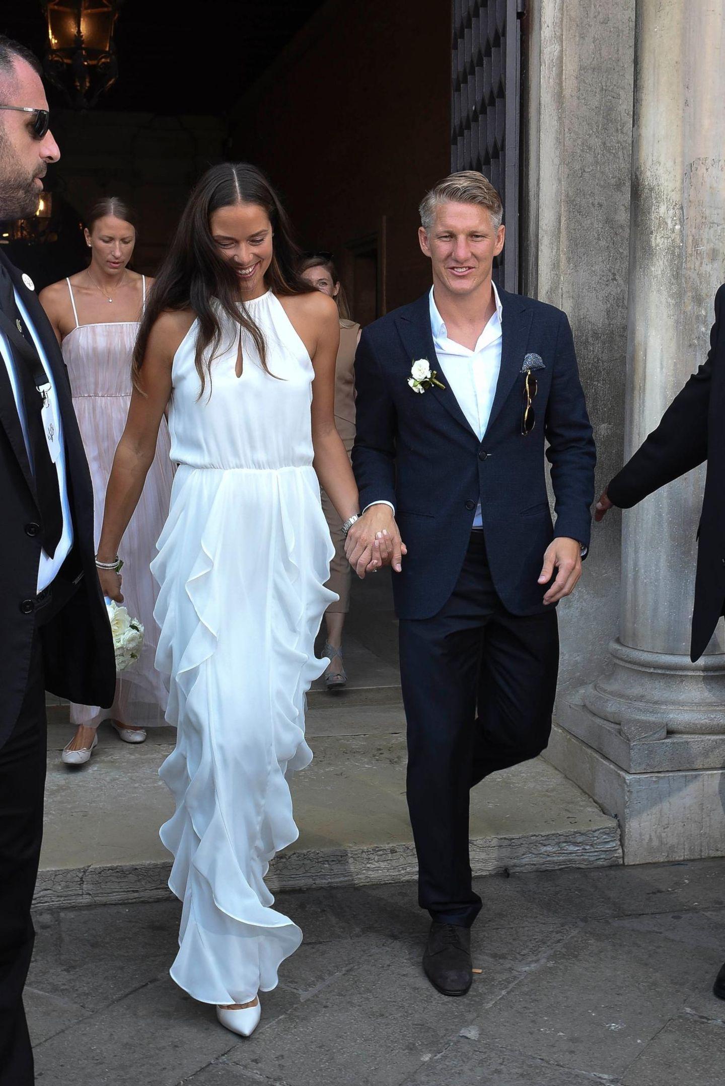Jetzt sind sie Mann und Frau: Ana und Basti verlassen überglücklich das Standesamt in Venedig als Eheleute.
