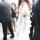 In ihrem bodenlangen weißen Kleid ist Ana ihrem sportlich eleganten Stil treu geblieben.