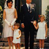Jackie Kennedy war nicht nur eine Schmuckstück an der Seite des Präsidentnen JFK, aber schmuck und stilvoll gekleidet war sie immer, wie in diesem rosefarbenen Etuikleid.