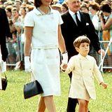In weißen Kostümen strahlte Jackie Kennedy, wie hier beim Besuch des Kennedy-Memorials drei Jahre nach den Tod ihres Mannes John F. Kennedy 1966, besonders schön.