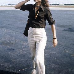 Schwarze Bluse, weiße Hose: Jackie Kennedy wusste genau, wie simple Eleganz funktioniert.