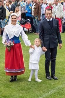 Für die Feierlichkeiten auf dem Sportplatz zu ihrem 39. Geburtstag, hat sich Prinzessin Victoria eine Tracht angezogen.