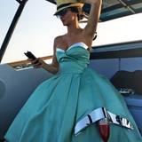 Unterwegs im Cadillac! Shermine trägt ein Kleid von Moschino by Jeremy Scott.