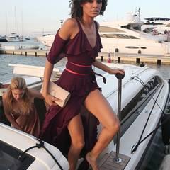 Joan Smalls bezaubert im bordeauxroten Sommerkleid mit leichten Rüschen.
