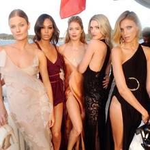 """""""Soviel Schönheit auf einem Bild. Nicht nur von außen, sondern auch von innen."""" So beschreibt Joan Smalls ihr Instagram-Foto der 5 Freundinnen und Modelkolleginnen Constance Jablonski, Joan selbst, Doutzen Kroes, Lily Donaldson und Anja Rubik."""