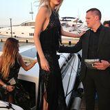 Lily Donaldson sorgt mit ihrem schwarz-bestickten Fransen-Look für offenen Münder.