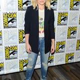 Kristen Bell zeigt mit Blazer, Mickey-Maus-Shirt, Slim-Jeans und knallgelben Hingucker-Heels, wie man als Star auf der Comic-Con in Sachen Style alles richtig macht.