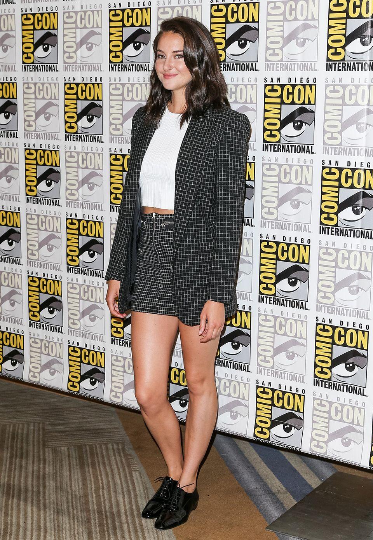 Etwas bieder wirkt Shailene Woodleys grau-karierte Kombi, so dass die superkurze Short eher irrtiert als sexy wirkt.