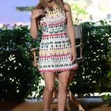 Katherine McPhee sieht im farbenfrohen, schmucksteinbesetzten Mini-Kleid ganz bezaubernd aus.