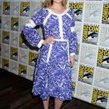 Schön sommerlich zeigt sich Bella Heathcote im blau-weißen Kleid mit Bambusblatt-Optik.