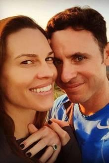 Den Heiratsantrag hat Hilary Swank von ihrem Freund Ruben Torres beim gemeinsamen Wandern bekommen. Das Besondere am Verlobungsring: Der große Smaragd stammt aus Kolumbien, dem Heimatland von Ruben. Entworfen wurde der Ring von der kolumbianischen Schmuckfirma Tres Almas. Hilary und Ruben sind seit dem Sommer 2015 offiziell ein Paar.