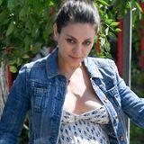 Mila Kunis zeigt sich im sommerlichen Maxikleid und Jeansjacke: Es ist kaum zu übersehen, wie groß ihr Babybäuchlein schon ist.