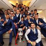 Sein Team: Die Freude ist groß! Die portugiesische Nationalmannschaft hat zum ersten Mal die Europameisterschaft gewonnen.