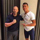 Sein Actionheld: Im Urlaub trifft Cristiano Ronaldo den Schauspieler Jason Statham und freut sich über die Zufallsbegegnung.