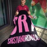 Seine Kuscheldecke: Ab sofort kann man mit Superstar Cristiano Ronaldo mit aufs Sofa nehmen. Er bringt seine eigene Luxusdecke auf dem Markt.