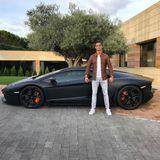Sein Auto: Cristiano Ronaldo fährt nicht irgendeinen Wagen, dieser schwarze Teufel ist ein Lamborghini Aventador. Der Preis fängt bei über 300.000 Euro an und wir dürfen sicher sein, dass der hier viele Extras hat.