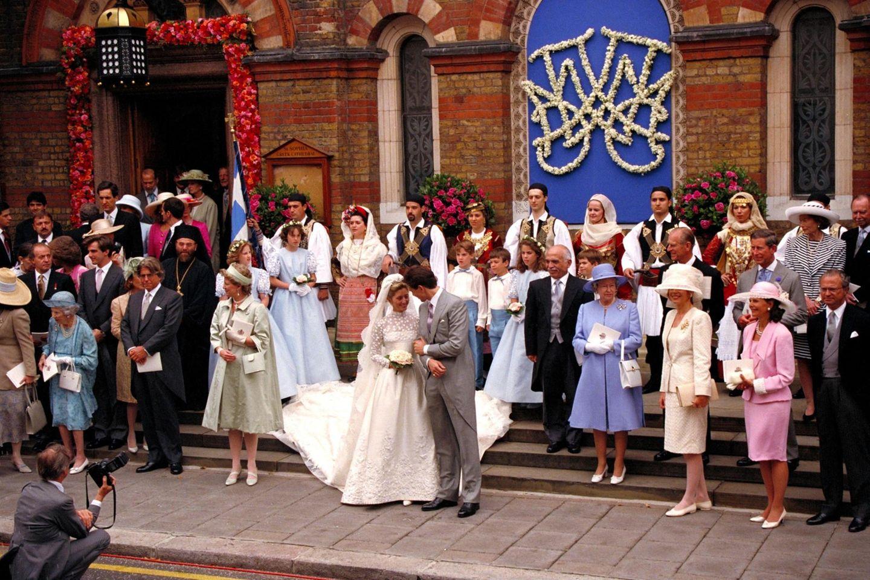 Aus Marie-Chantal Miller wird am 17. Juli 1995 eine Prinzessin von Griechenland und Dänemark. Zur Hochzeit mit Prinz Pavlos in London reist die gesamte royale Verwandtschaft des Bräutigams an und der Fotograf hat Mühe, die Könige und Königinnen in einem Foto zu verewigen. Unter den Gästen sind unter anderem (ganz links) König Juan Carlos von Spanien, Dänemarks ehemalige Königin Ingrid (Großmutter des Bräutigams; links 1. Reihe), König Hussein von Jordanien (rechts neben dem Brautpaar), Queen Elizabeth (rechts von Hussein), Königin Silvia und König Carl Gustaf von Schweden (ganz rechts), Großherzog Jean und Großherzogin Joséphine Charlotte von Luxemburg (rechts, 3. Reihe), Prinz Charles und Prinz Philip (rechts, 2. Reihe).