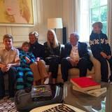 """""""Die Großeltern kommen zu einem Besuch"""" schreibt Prinzessin Marie-Chantal unter dieses Bild, das ihre Kinder auf dem Sofa zeigt mit Königin Anne-Marie und König Konstantin."""