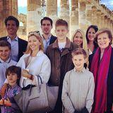 Gruppenfoto vor dem Parthenon-Tempel in Athen: Königin Anne-Marie (rechts) mit ihren Kindern Theodora (ganz hinten rechts), Philippos und Pavlos, Schwiegertochter Marie-Chantal und den fünf Kindern des Kronprinzesnpaares.