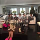 """""""Warten auf's Geschenkeauspacken"""" am Weihnachtstag 2015. Auch diesen Moment, bei dem ihre Kinder (im Vordergrund wohl die Füße von Maria-Olmypia) mehr gelangweilt als gespannt schauen, hält Marie-Chantal im Bild fest."""