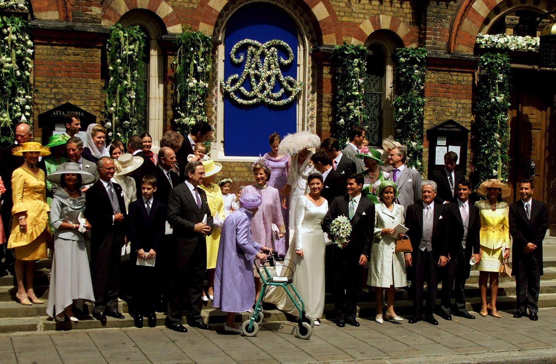 Prinzessin Alexia heiratet 1999 in London den Architekten Carlos Morales Quintana. Als Gäste dabei sind - wie bei ihrem Bruder Pavlos - wieder gekrönte Häupter aus ganz Europa. Die Verwandtschaft eben. Mit im Bild (in gelb links neben der Braut) Queen Elizabeth und Prinz Philip, Königin Margrethe von Dänemark und Prinz Henrik (2. Reihe rechts), Königin Silvia und König Carl Gustaf von Schweden (1. Reihe rechts) sowie Königin Ingrid von Dänemark, die Großmutter der Braut (mit Gehwagen).