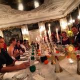 Weihnachten 2014 teilt Prinz Achileas ein Foto auf Instagram, das er hoffenbar beim abendlichen Weihnachtsessen auf Schloss Fredensborg geschossen hat. Wer genau hinschaut, der erkennt Mitglieder der dänischen Königsfamilie um ihn herum.