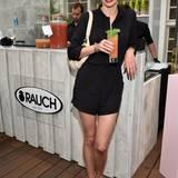 Schauspielerin Simone Hanselmann ließt es sich mit alkoholfreien Cocktails von Rauch gutgehen.