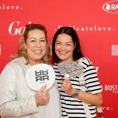 Martina Buckenmaier und Nicole Mrosek (beide Riani) kühlen sich mit modischen Fächern.
