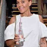 Model Natascha Ochsenknecht stieß mit einem kühlenden Wasser von Evian auf die gelungene Sommerparty im Hotel Ellington Berlin an.