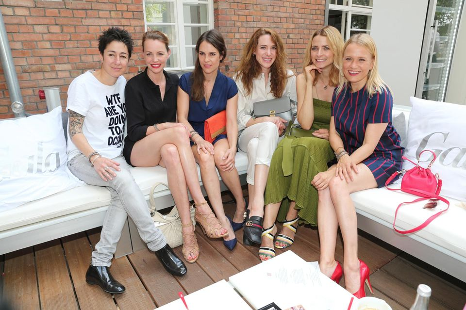 Die Damenrunde beim GALA Fashion Brunch: Moderatorin Dunya Hayali zusammen mit den Schauspielerinnen Simone Hanselmann, Birthe Wolter und Julia Malik sowie Model Eva Padberg und Nova Meierhenrich.