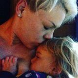 Mit dem diesem alten Foto von sich und Tochter Willow, weist Sängerin Pink unter dem Hashtag #nationalbreastfeedingweek2016 auf den natürlichen und gesunden Akt zwischen Mutter und Kind hin.