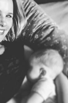 """Monica Ivancan empfindet das Stillen von Anton nach ihrer Rückkehr aus dem Urlaub und dem anfallenden Wäschechaos als """"einzige Ruheoase"""". Ihr Foto auf Instagram hat sie mit dem Hashtag ##worldbreastfeedingweek versehen."""