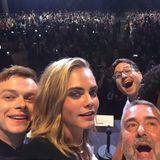 Dane DeHaan knipst dabei dieses Selfie.