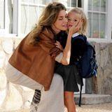 Küsschen für Leonor: Prinzessin Letizia bringt ihre Tochter 2010 zum Schulstart in das Rosales-College in Madrid.