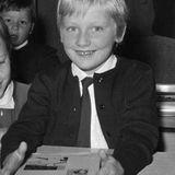 Als sommersporssiger ABC-Schütze lächelt 1968 Prinz Philippe, Belgiens regierender König, in die Kamera. Er kommt in Brüssel in die Schule.