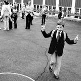 Mit Schlips und Kragen und breit grinsend kommt Prinz Haakon 1980 an seinem ersten Schultag über den Hof der Smestad Schule in Oslo. Es hat ihm offenbar gefallen.