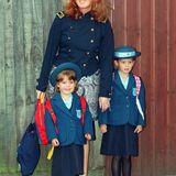 Die Herzogin von York als Mutter von zwei kleinen Schulkindern in Uniform: Prinzessin Beatrice geht schon zwei Jahre auf die Upton House School in Windsor. Schwester Eugenie hat ihren ersten Tag dort 1992.