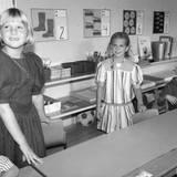Im gestreiften Kleid geht es für Prinzessin Madeleine 1989 zur Einschulung. Königin Silvias jüngste Tochter besucht die Smedslättsskolan in Bromma, nachdem sie die Vorschule absolviert hat.