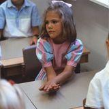 Schwedens Kronprinzessin startet 1984 mit der Schule: Ganz brav zeigt sich Victoria auf ihrem Platz im Klassenzimmer und hört zu.